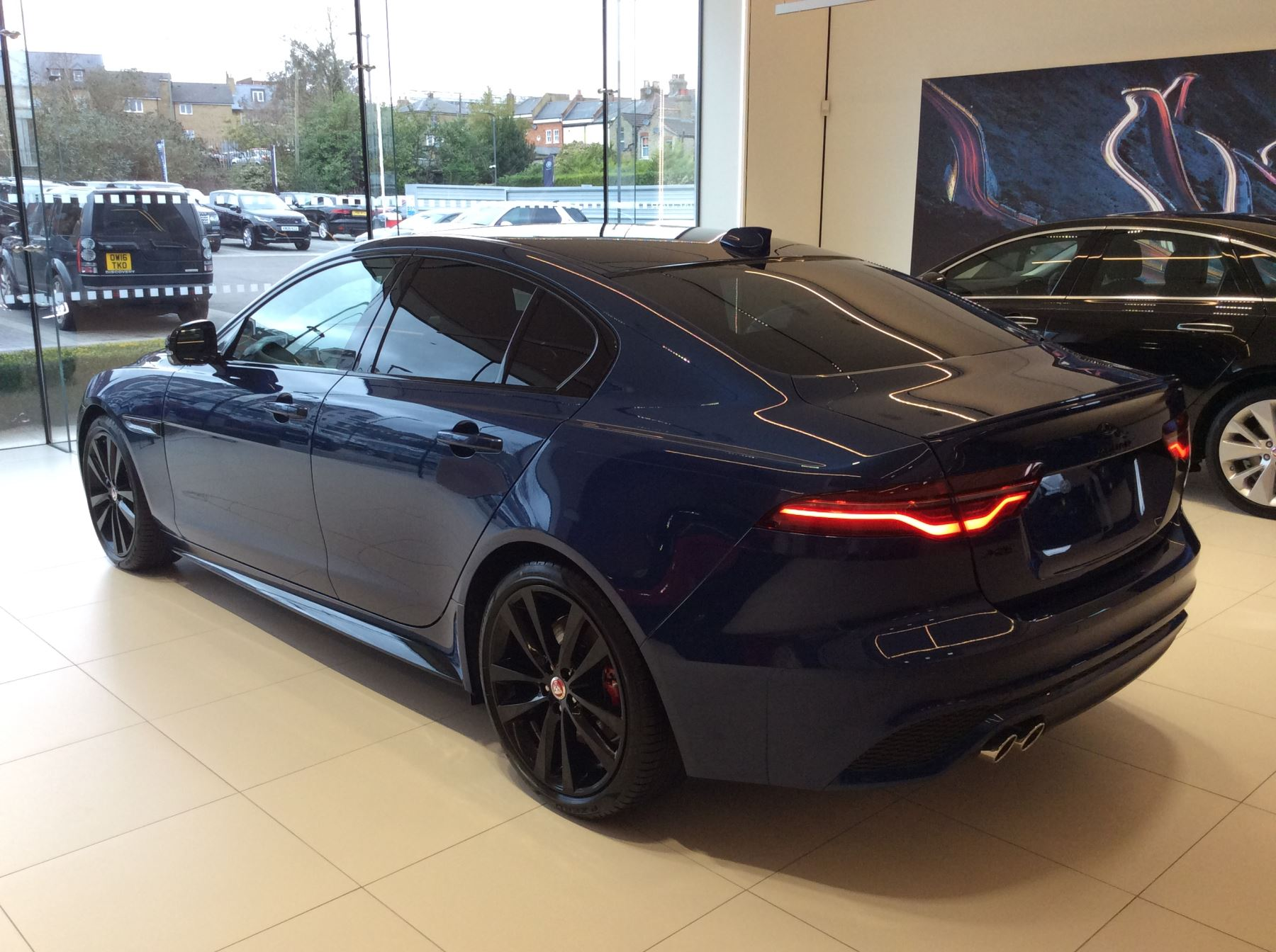 Jaguar XE 2.0 D200 R-Dynamic Black image 6